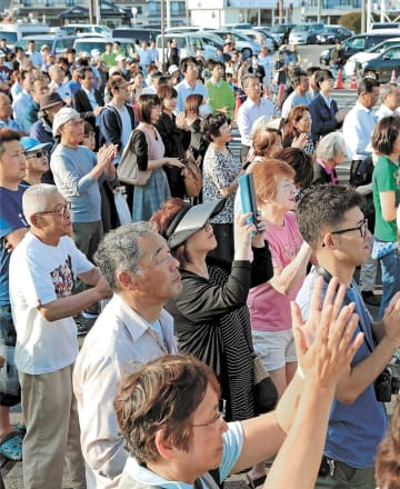 参院選で安倍晋三首相の街頭演説に集まった有権者。被災地の住民は今後の復興政策を注視している=17日、石巻市