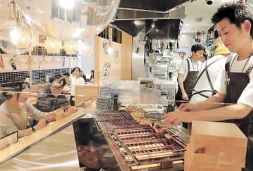 客の目の前でうな串を焼くオープンキッチンが特徴の店内