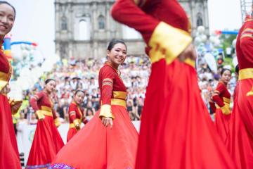 マカオ国際青年舞踊フェスティバルで華やかなパレード