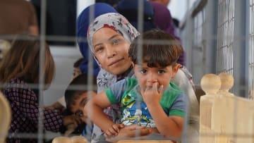 滑走路キャンプにあるMSFの一次医療診療所で診察を待つ母子 © Maya Abu Ata/MSF
