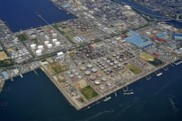 JXTGエネルギー傘下の大阪製油所(大阪国際石油精製提供)