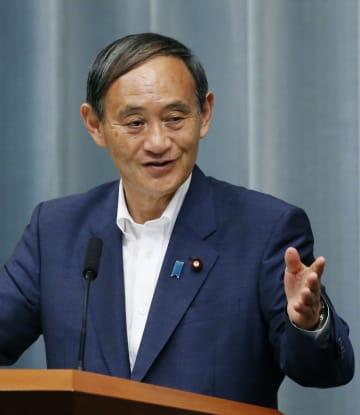 記者会見する菅官房長官=23日午後、首相官邸