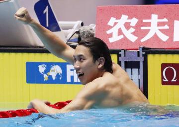 男子200メートル自由形決勝で1分45秒22の日本新で銀メダルを獲得し、ガッツポーズする松元克央=光州(共同)