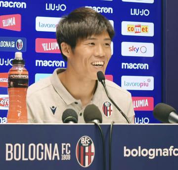 イタリア1部リーグのボローニャに加入し、記者会見するサッカー日本代表の冨安健洋=23日、ボローニャ(共同)