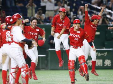 タイブレークの延長戦で日本生命にサヨナラ勝ちし、喜ぶトヨタ自動車ナイン=東京ドーム