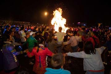 たいまつ祭りを楽しむイ族の人々 四川省布拖県