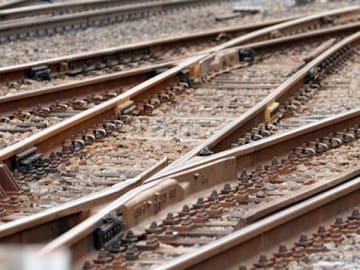 線路で女性はねられ死亡