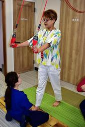 リハビリを体験する女優の河合美智子さん=神戸市中央区三宮町2