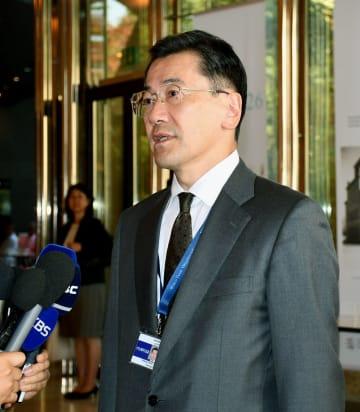 WTO本部で記者団の質問に答える外務省の山上信吾経済局長=23日、ジュネーブ(共同)