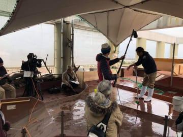 映画『スマスイ』の撮影風景。新米飼育員には掃除が一番の仕事(写真:スマスイ製作委員会)