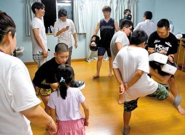 「みんなのいえ」でキックボクシングを楽しむ子どもたち=19日夜、久喜市上内