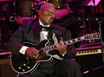ギターを弾くB・B・キングさん=2008年6月、米ロサンゼルス(AP=共同)