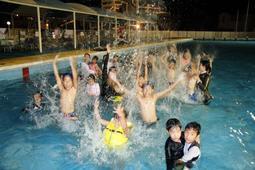 ナイタープールで歓声を上げる利用客たち=高砂市民プール