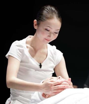 ステージでエステの技術を披露する笹川さん=横浜市のパシフィコ横浜