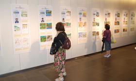 アジアの子どもたちが描いた作品が並ぶ絵日記展
