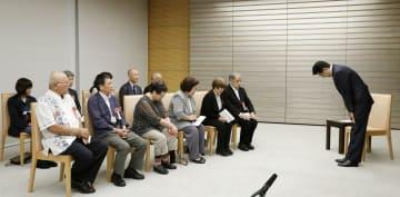 ハンセン病元患者家族訴訟の原告団に謝罪する安倍首相(右端)=24日午前、首相官邸