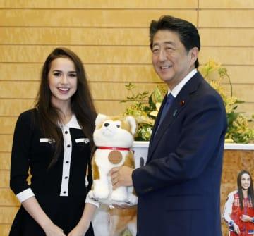 フィギュアスケート女子のアリーナ・ザギトワ選手と面会する安倍首相=24日午後、首相官邸