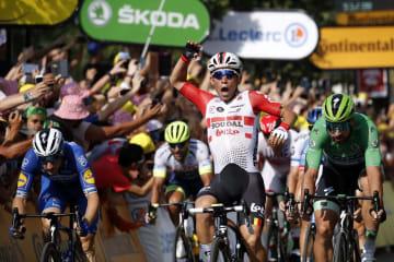ツール・ド・フランス、第16ステージを制したカレブ・ユアン(中央右)=23日、ニーム(AP=共同)