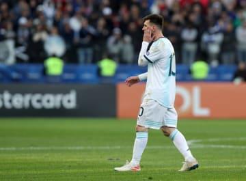 南米選手権の3位決定戦で退場処分を受け、ピッチを後にするアルゼンチンのメッシ=6日、サンパウロ(ロイター=共同)