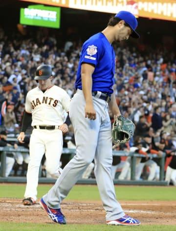 ジャイアンツ戦の4回、ピラーに2点二塁打を許し、肩を落とすカブスのダルビッシュ=サンフランシスコ(共同)
