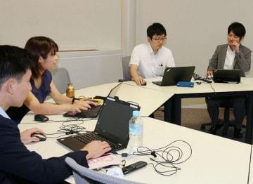 テレワークを体験する経済産業省の職員ら(23日、和歌山県田辺市新庄町で)