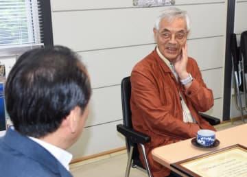 戸羽太市長に若月賞の受賞を報告する石木幹人さん(右)