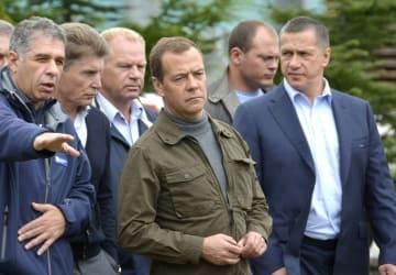 2015年8月、北方領土・択捉島の水産加工場を視察するロシアのメドベージェフ首相(中央)
