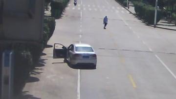 裸足の男性、走行中の無人運転車を止める 湖北省興山県