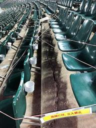 座席の足元に亀裂が入り、前列の座席が傾いたスタンド=ほっともっとフィールド神戸(神戸市提供)