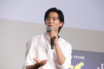 劇場版アニメ「トイ・ストーリー4」のヒット記念舞台あいさつに登場した竜星涼さん