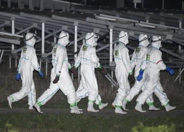 豚コレラ感染が確定した三重県いなべ市の養豚場へ作業に向かう自衛隊員=24日午後8時48分