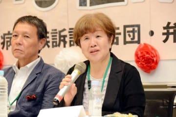 安倍首相との面会を終え、記者会見する原田さん(右)。左は原告団副団長の黄さん=24日、国会