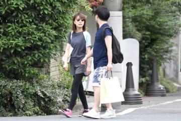 実家近くで談笑しながら歩く麻耶と夫の國光氏。