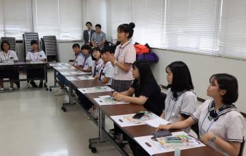 歓迎式であいさつする求礼郡の中学生(中央)=雲仙市、吾妻町ふるさと会館