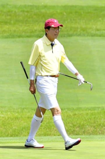 静養先の山梨県富士河口湖町でゴルフを楽しむ安倍首相=25日午前