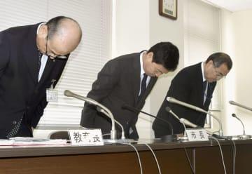 記者会見で謝罪する茨城県取手市の藤井信吾市長(中央)=25日午前、取手市