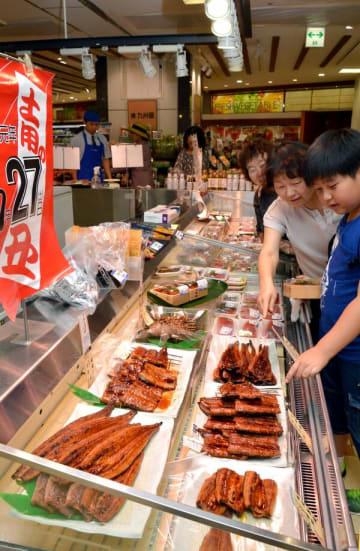 ウナギのかば焼きなどが並ぶ売り場=24日午後、宇都宮市宮園町の東武宇都宮百貨店