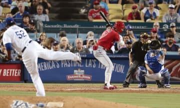 ドジャース戦の8回、代打で四球を選ぶエンゼルス・大谷=ロサンゼルス(共同)