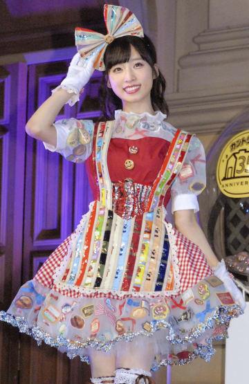 「カントリーマアム」のドレスに身を包んだ小栗有以=25日、東京都内