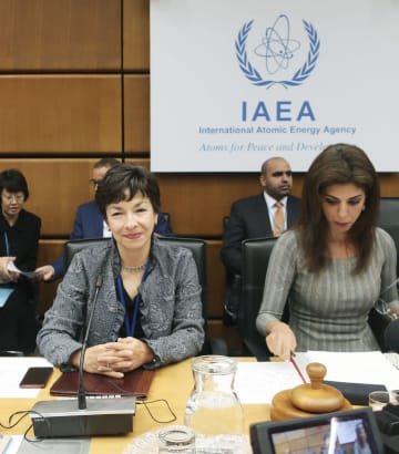 25日、IAEAの臨時理事会に臨む事務局長代理のヘイワード事務次長(左)=ウィーン(共同)