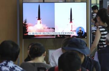 25日、韓国のソウル駅で、5月に発射された北朝鮮のミサイルのニュース映像を見る人たち(AP=共同)