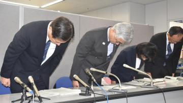 記者会見で謝罪する県教委の柴原宏一教育長(左から2人目)ら=25日午後、県庁