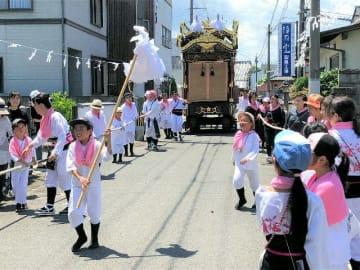 炎天下、威勢よく祇園車を引く桜町=25日、中津市桜町