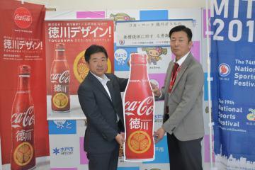 遠藤光彦支店長(右)から目録を受け取る高橋靖市長=水戸市中央