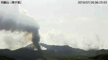 気象庁のカメラが撮影した、噴煙を上げる阿蘇山=26日午前8時23分