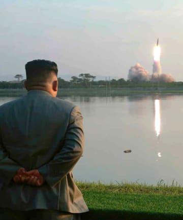 「新型戦術誘導兵器」の発射を視察する北朝鮮の金正恩朝鮮労働党委員長。26日付の労働新聞が掲載した(コリアメディア提供・共同)