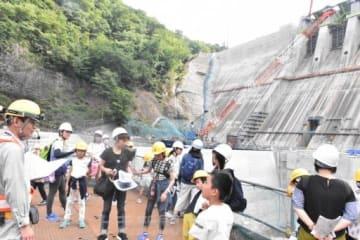 八ツ場ダムや発電所を見学する参加者