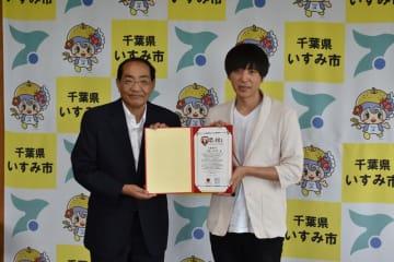 「恋する灯台」の認定証を持つ波房会長(右)と太田市長