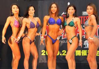 フィットネスビキニ一般では本格トレーニングを始めて3年の鈴木琴子さん(中央・青ビキニ)が優勝