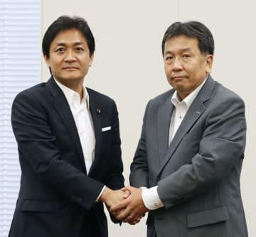 会談前に握手する国民民主党の玉木代表(左)と立憲民主党の枝野代表=26日午後、国会